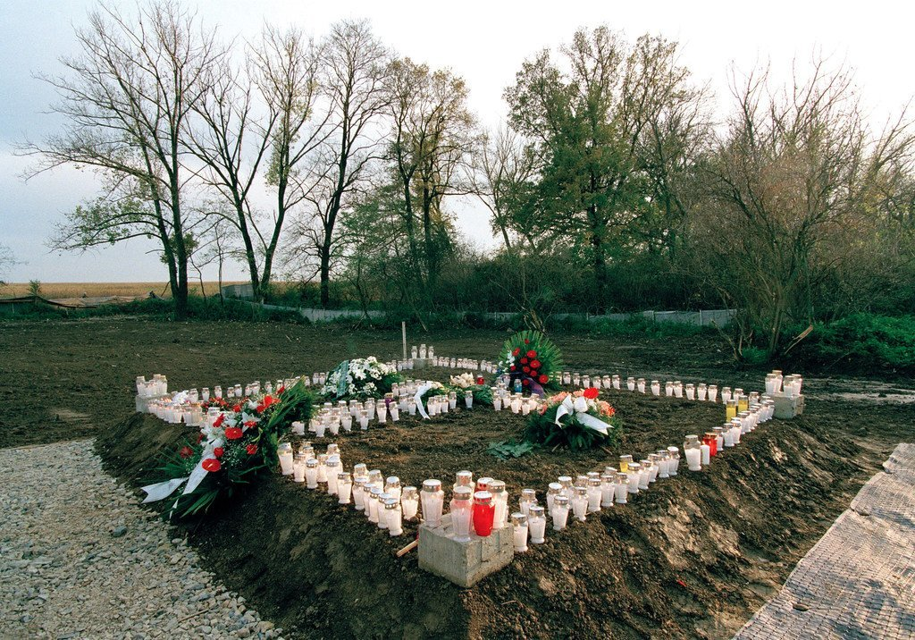 Des bougies et des gerbes de fleurs sur une fosse commune à Ovcara, en Croatie, où environ 200 civils ont été massacrés en 1994.