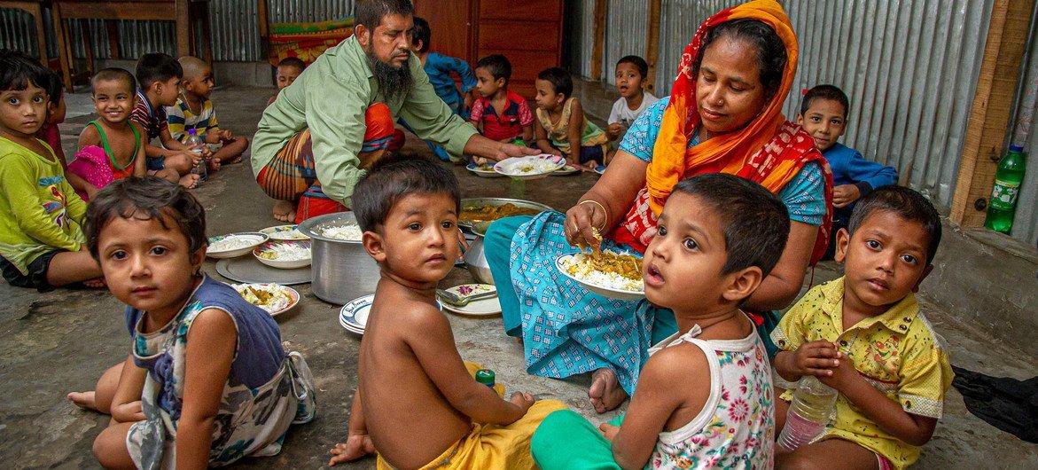 बांग्लादेश में कोरेल बॉन बाज़ार सामुदायिक केन्द्र के सदस्यों ने कोविड-19 महामारी के दौरान स्थानीय परिवारों की मदद की है.