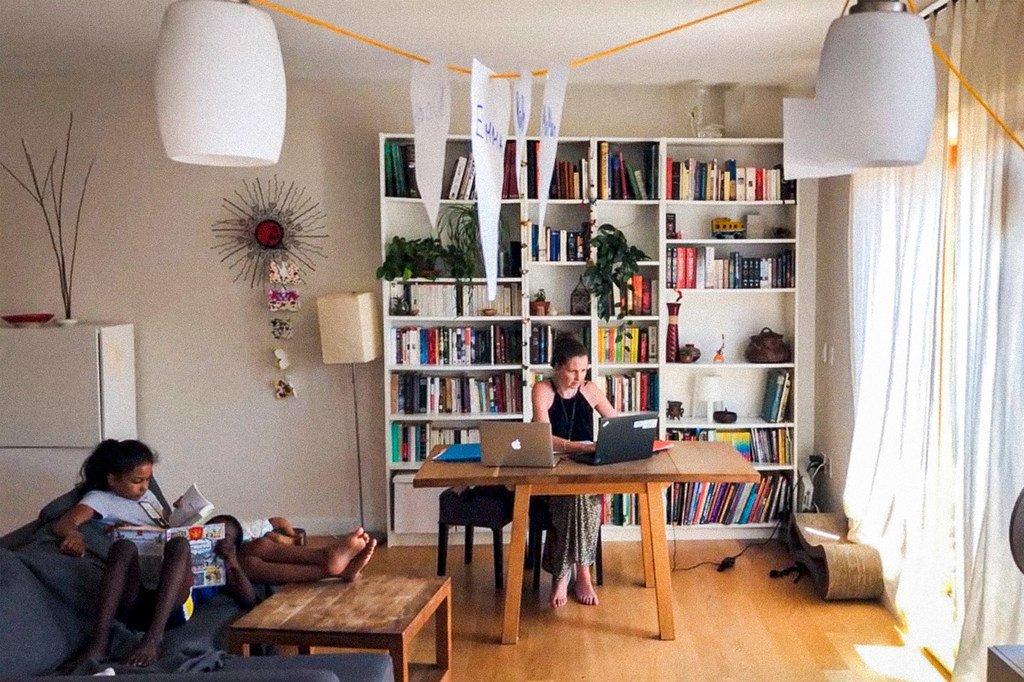 法语口译科科长维罗妮克·范德根(Véronique Vandegans)在位于纽约布鲁克林的家中进行远程口译工作。
