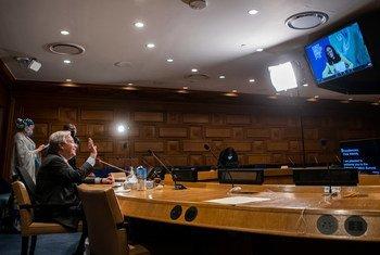 12月12日,气候雄心峰会开始前,秘书长古特雷斯通过远程方式向峰会主持人,来自英国广播公司的杰伊纳布·巴达维(Zeinab Badawi)挥手致意。