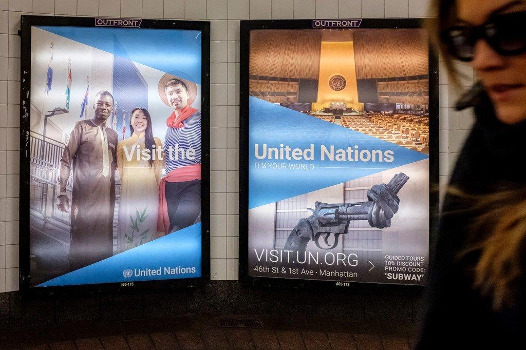 纽约中央火车站内的联合国线上参观导览广告灯箱。