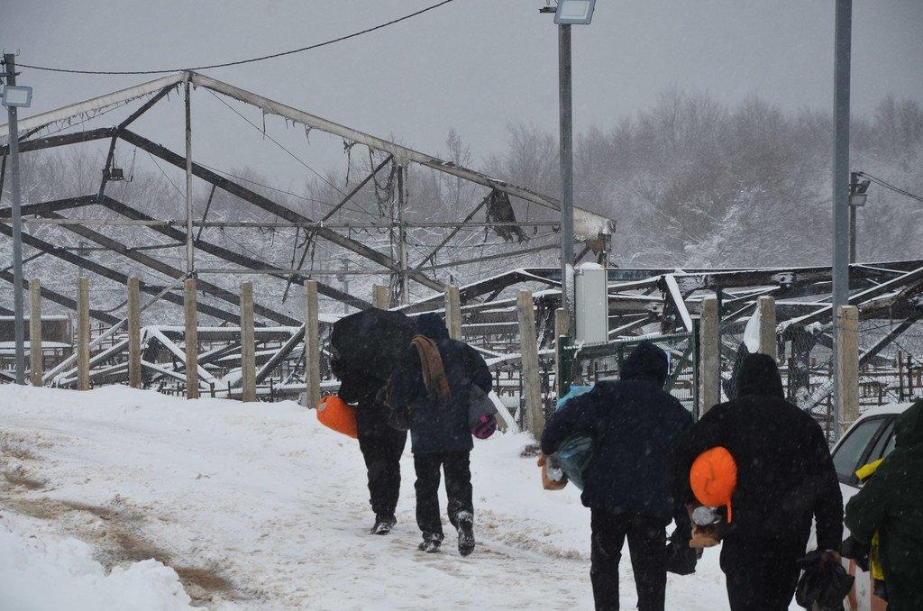 Des migrants dans les ruines d'un camp détruit par le feu en Bosnie-Herzégovine.