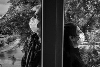Un homme et une femme portant un masque pour se protéger de la Covid-19
