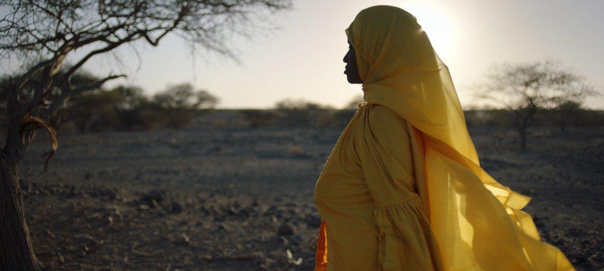 Abida Dawud, superviviente de la mutilación genital femenina, camina en el desierto de Afar en el norte de Etiopía.