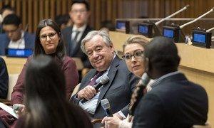 """联合国秘书长安东尼奥·古特雷斯(中左)参加了联合国75周年与青年对话活动,主题是""""坐在驾驶座上的青年""""。"""