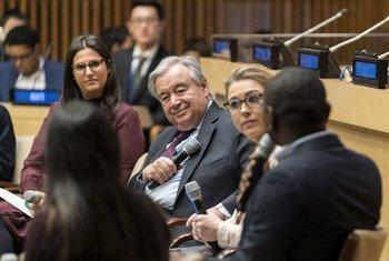 महासचिव एंतोनियो गुटेरेश यूएन-75 संवाद के अंतर्गत युवाओं के साथ संवाद में हिस्सा लेते हुए.