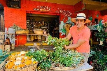 Javier Torres frente al Terere Literario, un espacio cultural en el Mercado 4 de Asunción, Paraguay.