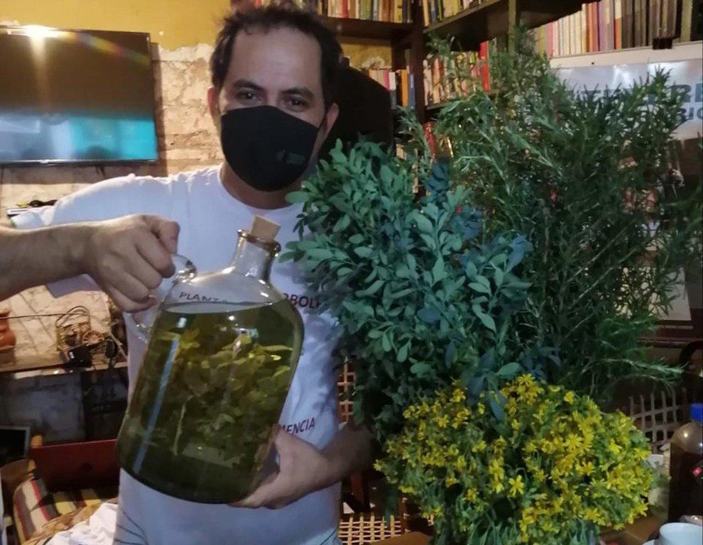 Javier Torres, vendedor de yuyos, muestra una jarra con hierbas medicinales para prepar tereré.