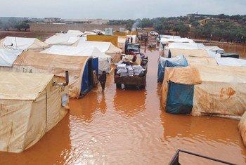 الفيضانات تغمر مخيمات للنازحين داخليا في سوريا في كانون الثاني/يناير 2021.