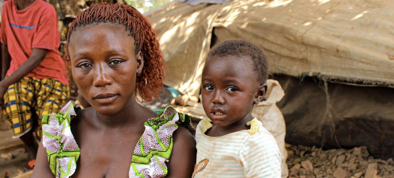 Una refugiada centroafricana junto a sus hijos en un campamento improvisado en el pueblo de Ndu, en la República Democrática del Congo.