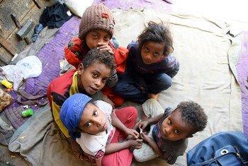 أطفال يمنيون في المنزل الذي فروا إليه بعد أن نزحوا بسبب الحرب والصراع.
