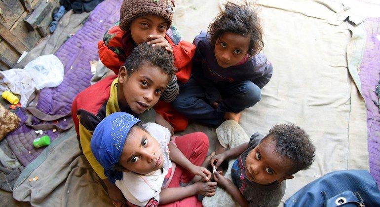 Des enfants dans la maison qu'ils ont fuie après avoir été déplacés par des combats.