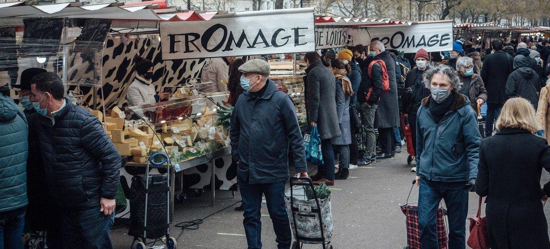 Un mercado de domingo en París, Francia, durante la pandemia de COVID-19.