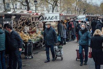 2021年1月3日,法国巴黎勒努瓦大道的周日集市,新冠疫情之下,顾客均佩戴口罩。