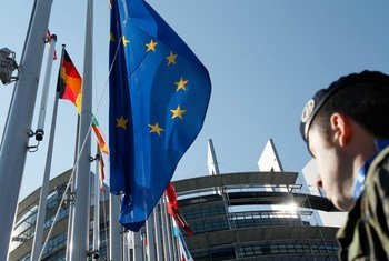 法国斯特拉斯堡欧洲议会大楼前飘扬的欧盟和成员国旗帜。