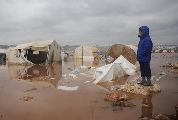 Mtoto akiangalia eneo lilofurika kambi ya Kafr Losin Kaskazinimagharibi mwa Syria.