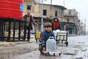 Crianças em Alepo recolhendo água. Conflito na Síria começou há 10 anos.