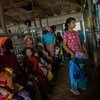 نساء وأطفال من أحد المجتمعات المحلية يصطفون في أحد المراكز الصحية في ميانمار في ولاية راخين الشمالية.