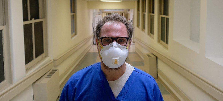 Евгений Пинелис, врач-рениматолог из Нью-Йорка, рассказал о том, как идет борьба с коронавирусом