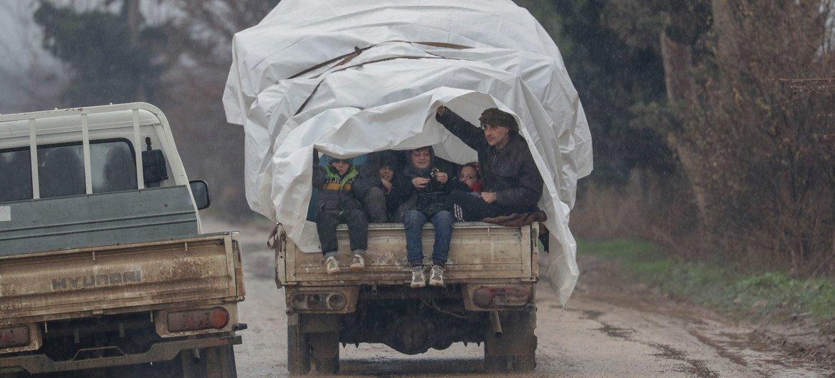 عائلات سورية تلجأ إلى عفرين في يناير الماضي، في ريف حلب الشمالي، بعد الهروب من النزاع في إدلب.