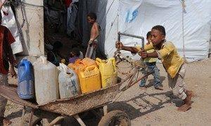 طفل في 13 من عمره يجمع الماء في مخيم عمّار بن ياسر للنازحين بسبب الصراع في اليمن