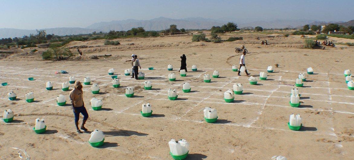 À Abyan, au Yémen, les familles déplacées par l'insécurité collectent des kits d'hygiène de base tout en pratiquant la distanciation sociale.