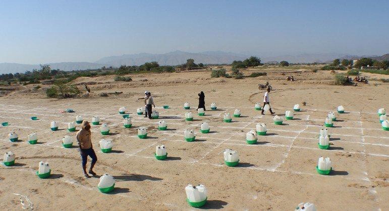 En Abyan (Yemen), las familias desplazadas por la inseguridad recogen kits de higiene básica mientras practican el distanciamiento social.