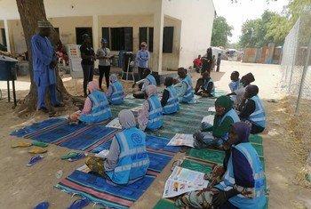 Sensibilisation au Covid-19 avec un groupe qui se concentre sur l'eau et l'assainissement au camp de Bama, Nigeria.