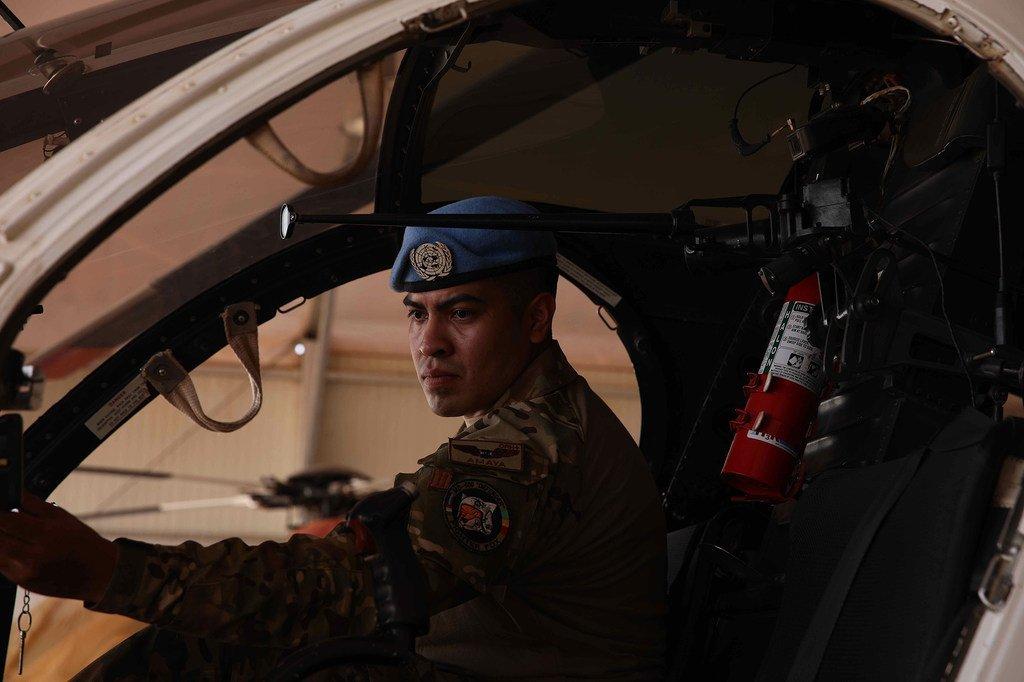 El teniente piloto aviador Luis Alfonso Amaya Medrano comprueba el buen estado del instrumental de vuelo.