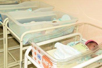 Des bébés dans une unité néonatale intensive d'un hôpital de Kampala,en Ouganda, qui a été rénové avec le soutien de l'UNFPA.