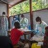 Un réfugié de retour au Burundi fait un test de la Covid-19 dans un centre de transit après être revenu du Rwanda.