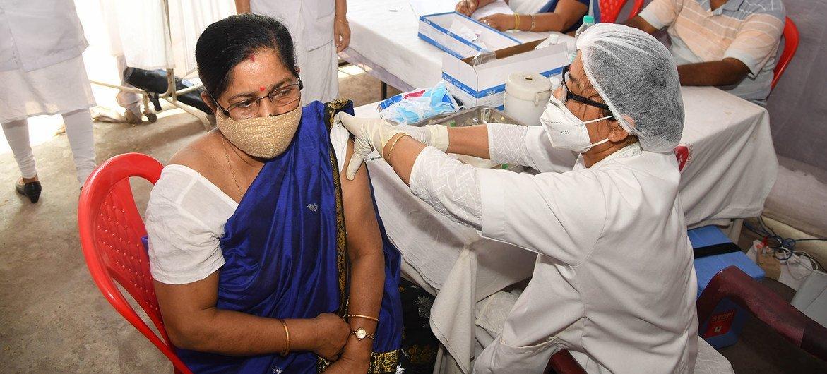 भारत के गुवाहाटी में कोविड-19 से बचाव के लिये टीकाकरण किया जा रहा है.