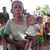 Une mère attend de recevoir de la nourriture pour son enfant dans le sud de Madagascar affecté par la sécheresse.