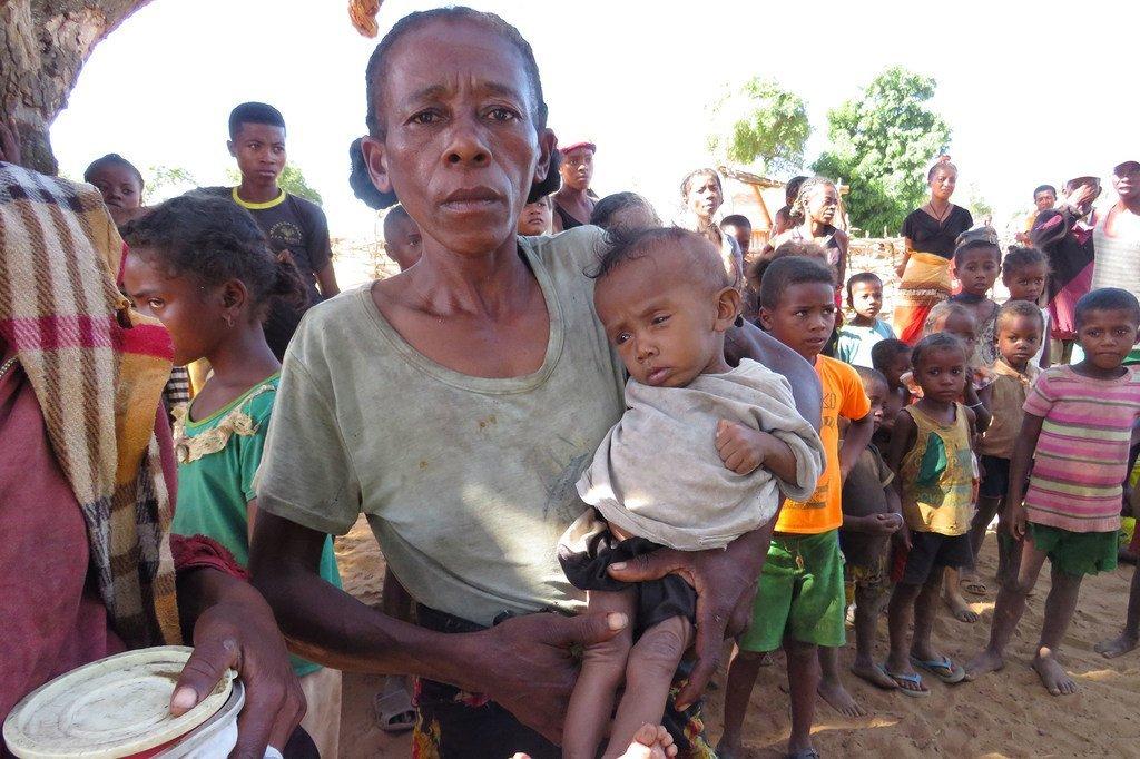 Mama nchini Madagascar akisubiri mgao wa chakula huku akiwa amembeba mwanae katika taifa hilo linalokumbwa na ukame kwenye maeneo ya kusini.