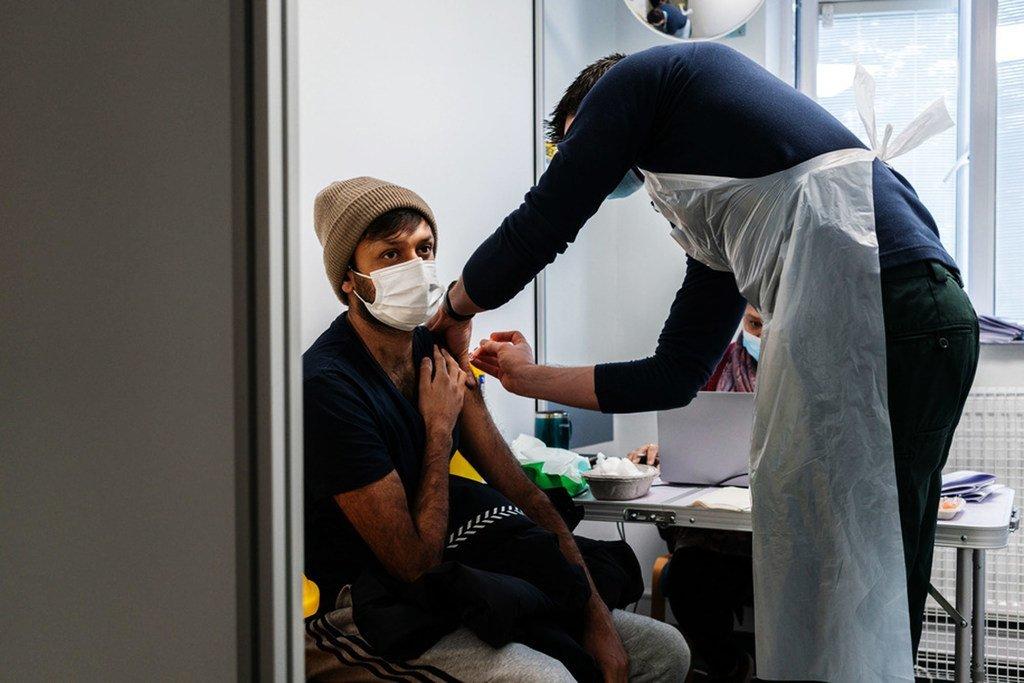 一名33岁的男子在英国伦敦接种了新冠疫苗。