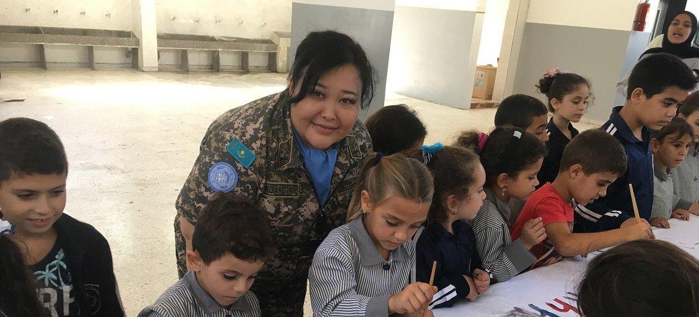 Подполковник Диля Ахметова служит в миротворческой миссии ООН в Ливане. Во время посещения школы