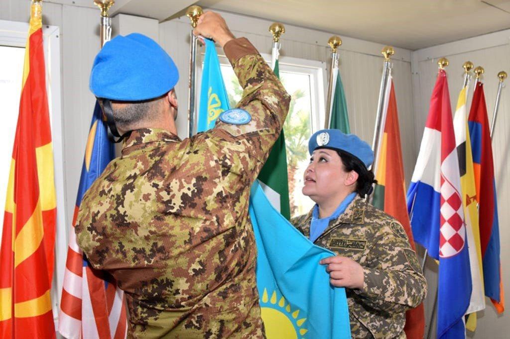 Диля Ахметова из Казахстана принимает участие в церемонии поднятия флага Казахстана в миротворческой миссии ООН в Ливане