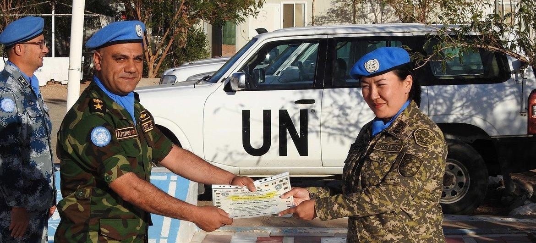Римма Шакеева получает грамоту от командования Миссии ООН по проведению референдума в Западной Сахаре