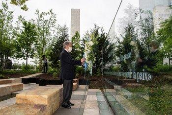 Генеральный секретарь ООН Антониу Гутерриш возложил венок в память о миротворцах ООН, погибших при исполнении своих обязанностей