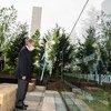 安东尼奥·古特雷斯秘书长在2020年联合国维持和平人员国际日的敬献花圈仪式上。