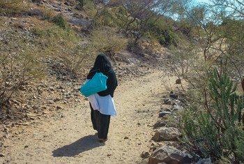 تقطع القابلات مسافات طويلة سيرا على الأقدام لتقديم الخدمات للنساء الحوامل في القرى النائية في اليمن. أثر انقطاع التمويل على خدمات الصحة الإنجابية التي تقدم للنساء والفتيات الحوامل في البلاد.