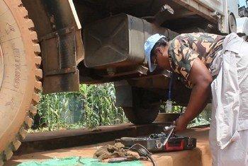 Sajini Bari Mwita, mwanamke pekee dereva na fundi makenika katika kikosi cha 7 cha Tanzania, TANZBATT 7, huko Beni, DRC akijiandaa kurekebisha gari lililoharibika.