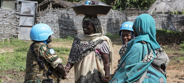 Le bataillon féminin de Zambie à Birao, en RCA, organise régulièrement des activités civilo-militaires (CIMIC) dans le but de renforcer la cohésion sociale.