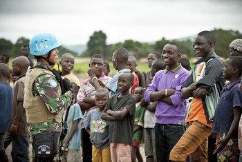 Des soldats de la paix indonésiens servant avec la Mission multidimensionnelle intégrée de stabilisation des Nations Unies en République centrafricaine (MINUSCA) rencontrent des habitants à Bangui.