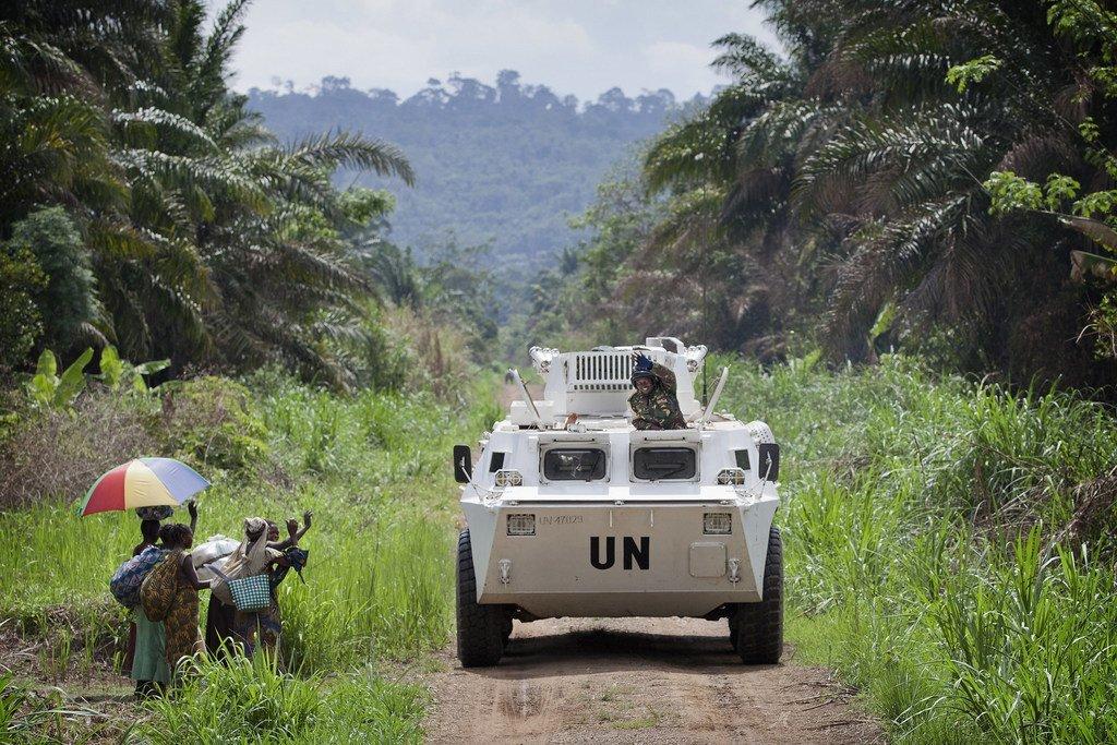 Des habitants de la région de Beni en RDC saluent le passage de soldats de la paix dans un véhicule blindé de transport de troupes de la MONUSCO.