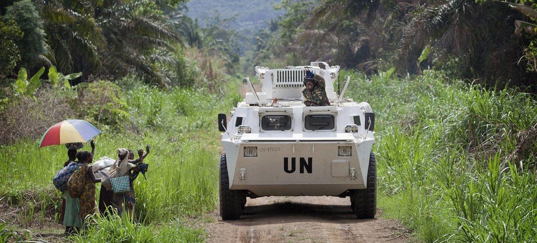Residentes na região de Beni cumprimentam os soldados de paz da Monusco