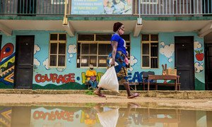 尼日利亚拉各斯,一名妇女在防疫封锁期间领到了由粮食署支持提供的食品。