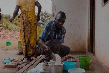 Shemison Banda, kutoka Lilongwe Malawi ni baba wa kipekee kwa familia yake kwa kuwa anasaidia mkewe kazi za nyumbani.