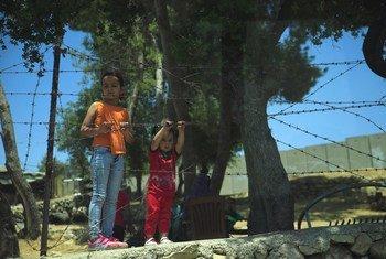 Dos niños frente a un cercado de alambre en la aldea palestina de Al-Walaja, en Cisjordania.