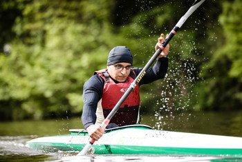 即将参加东京残奥会的难民运动员哈利法正在训练。
